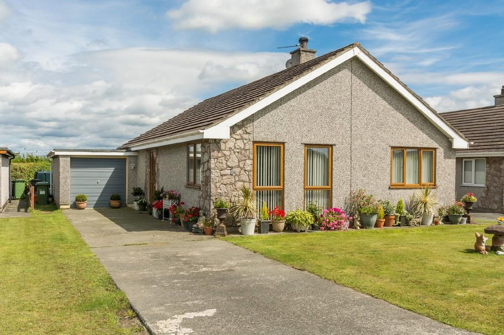 2 Bedrooms Detached Bungalow for sale in Swn Yr Engan, Gaerwen, North Wales