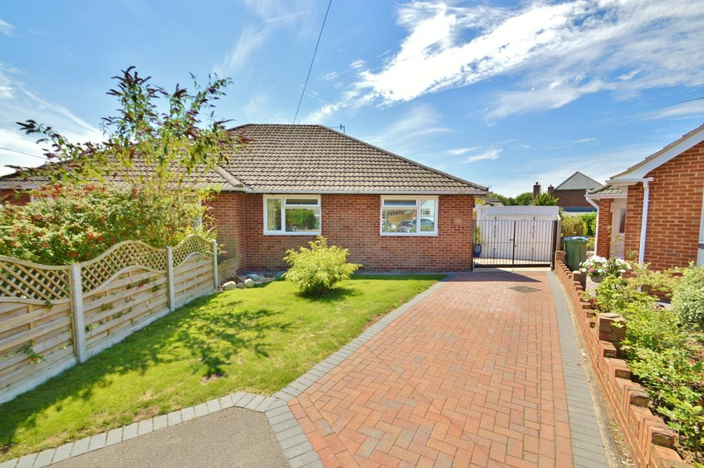 2 Bedrooms Bungalow for sale in Sarisbury Green