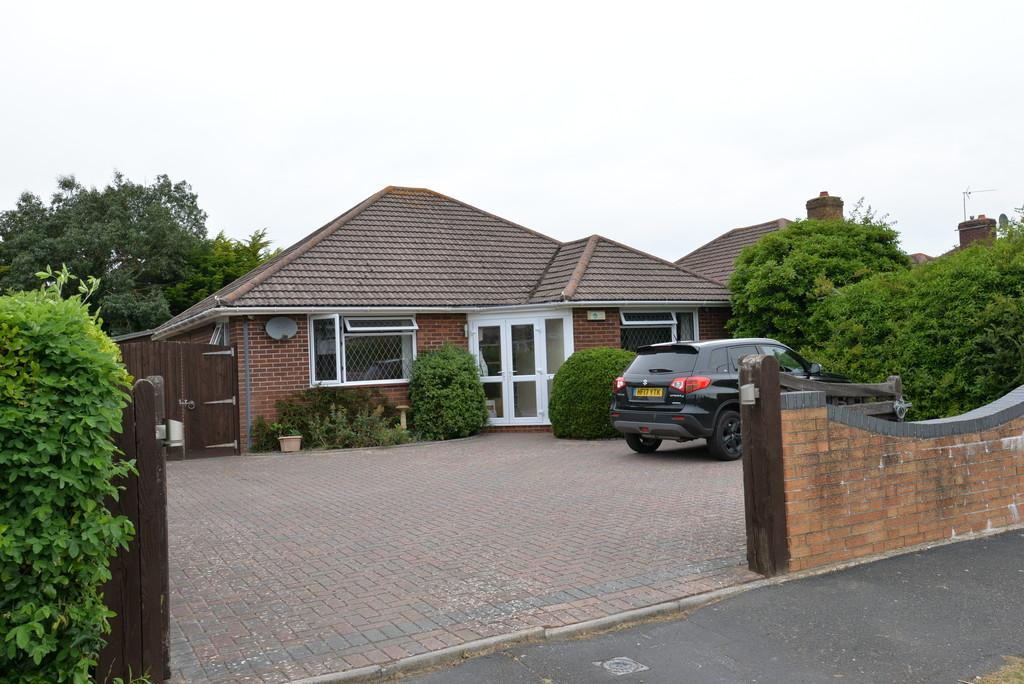 3 Bedrooms Detached Bungalow for sale in Barton Drive, Barton on Sea
