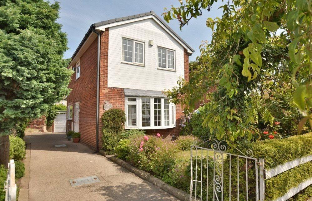 3 Bedrooms Detached House for sale in Red Lodge Close, Leeds