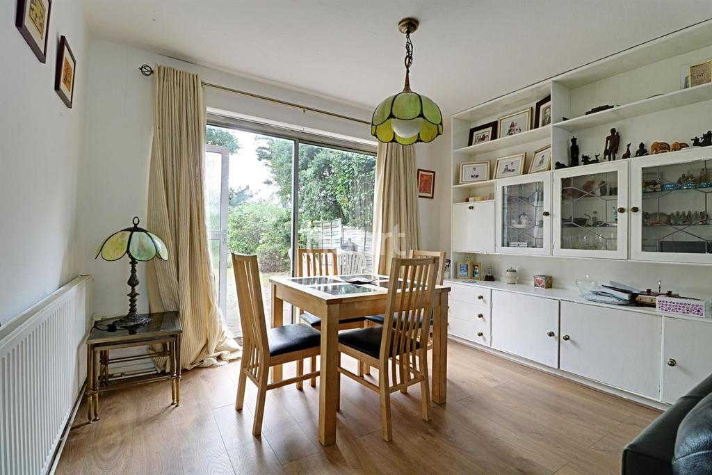 4 Bedrooms Semi Detached House for sale in Coppice Way , E18