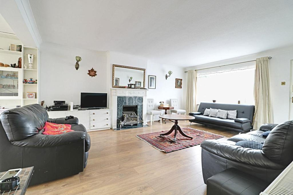 4 Bedrooms Semi Detached House for sale in Coppice Way , South woodford, E18
