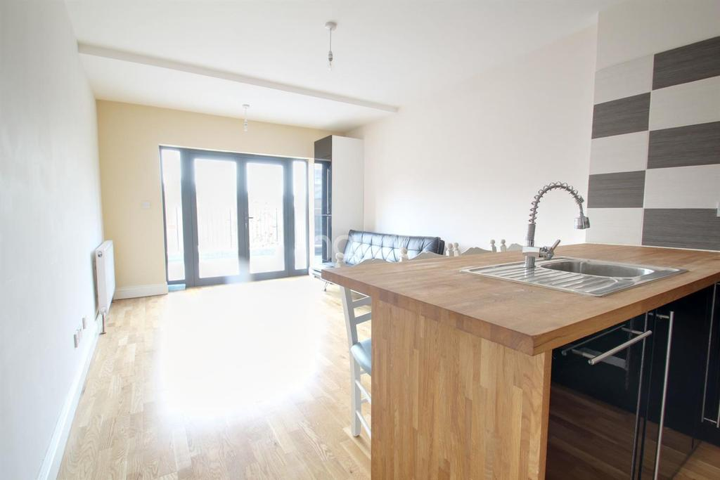 2 Bedrooms Flat for sale in Harbour Parade, Ramsgate, CT11