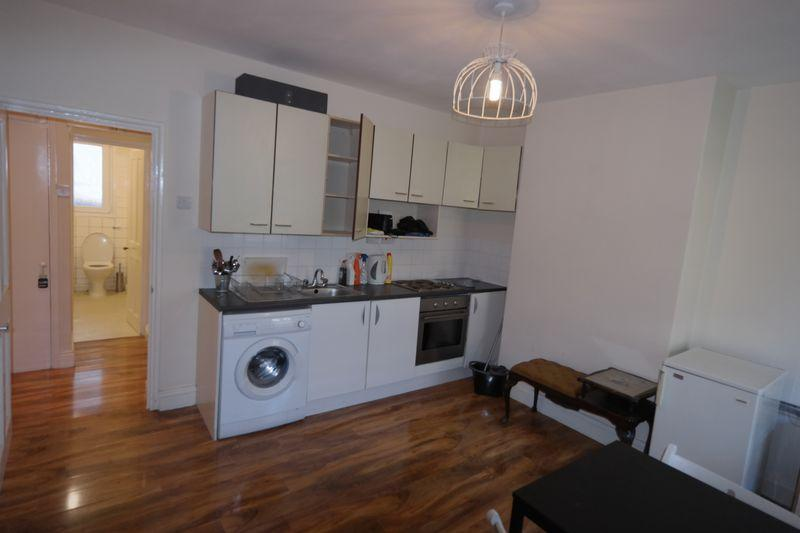 2 Bedrooms Apartment Flat for sale in Barnfield Gardens, Plumstead