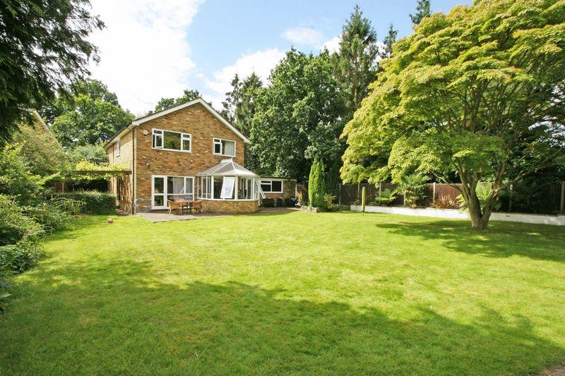 4 Bedrooms Detached House for sale in Barn Close, Farnham Common, Buckinghamshire SL2