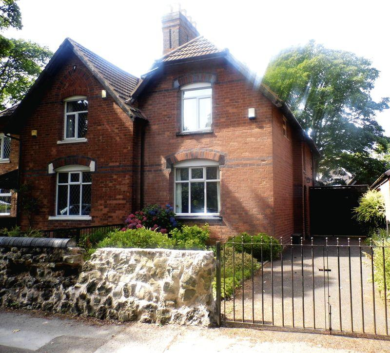 2 Bedrooms Semi Detached House for sale in Church Road, Pelsall, Walsall