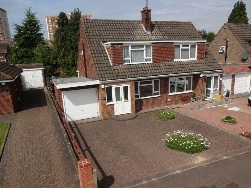 3 Bedrooms Semi Detached House for sale in Vincent Road.