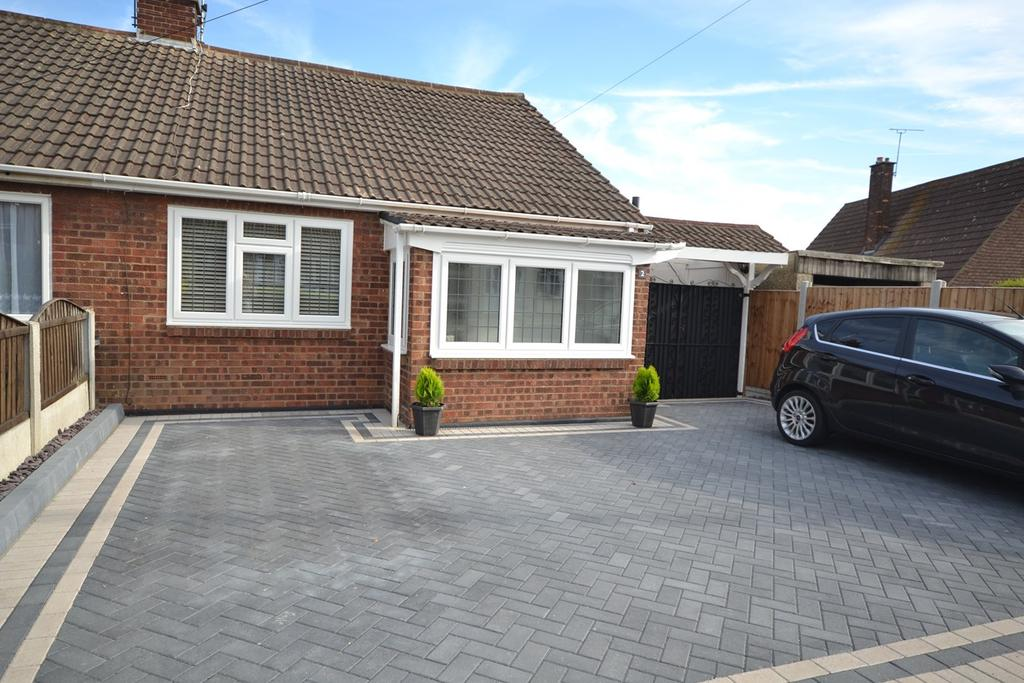 3 Bedrooms Semi Detached Bungalow for sale in The Glen, Stanford-le-Hope, SS17