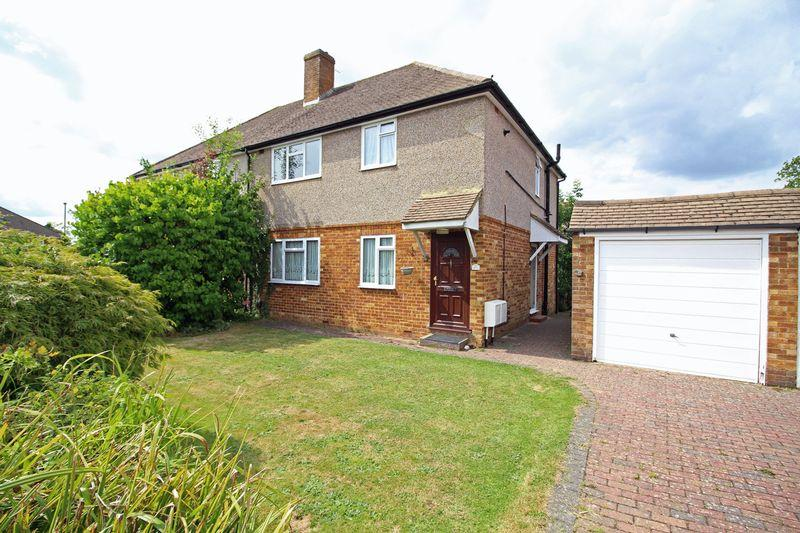 2 Bedrooms Apartment Flat for sale in Waddington Avenue, Old Coulsdon, Surrey CR5 1QJ