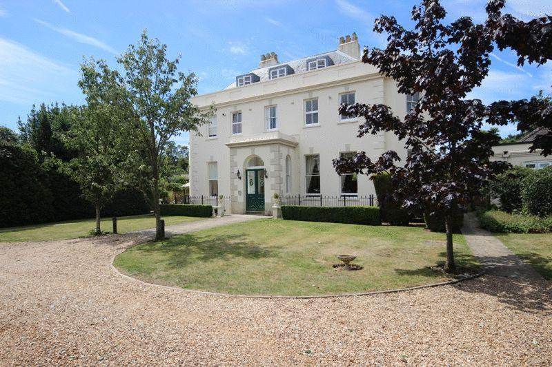 2 Bedrooms Apartment Flat for sale in BURTON CHRISTCHURCH