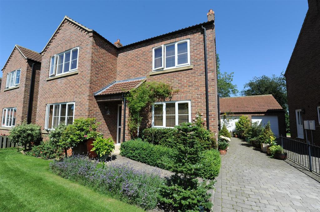 4 Bedrooms Detached House for sale in Queens Close, Catterick, Richmond
