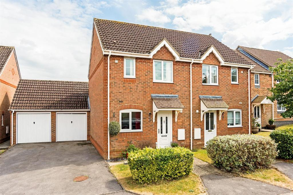 2 Bedrooms Semi Detached House for sale in Ramsbury Drive, Hungerford