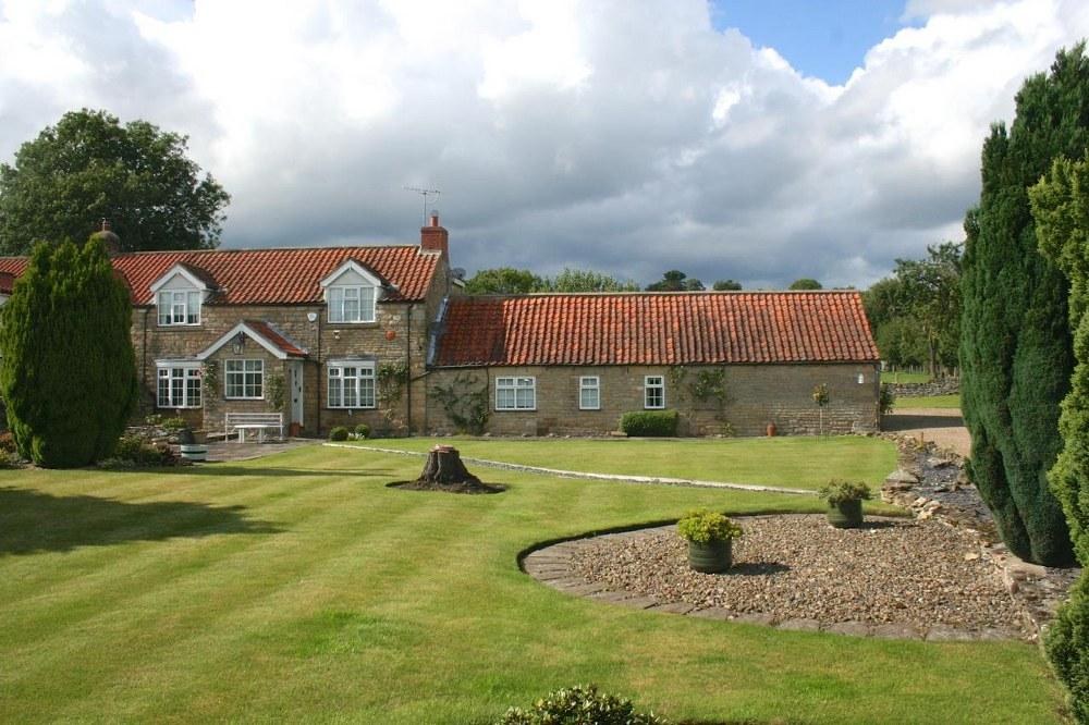 2 Bedrooms Cottage House for sale in Acorn Cottage, West Lane, Snainton, YO13 9AR