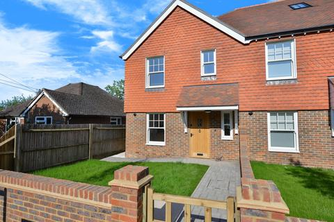 4 bedroom semi-detached house to rent - St Georges Cottages, Brighton Road, Handcross, RH17