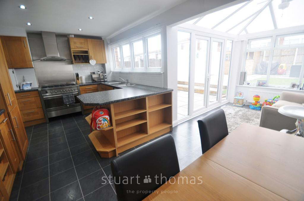 3 Bedrooms Semi Detached House for sale in Woodside Avenue, Benfleet