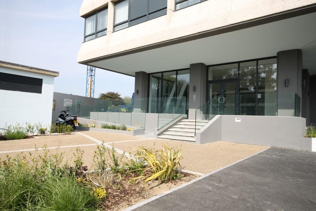 2 Bedrooms Penthouse Flat for sale in Skyline, 1 The Causeway, worthing, BN12 6FA