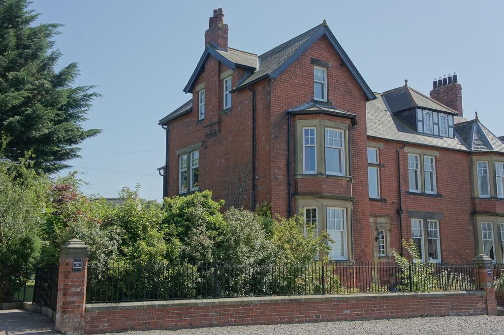 5 Bedrooms Town House for sale in Marlborough Gardens, Stanwix