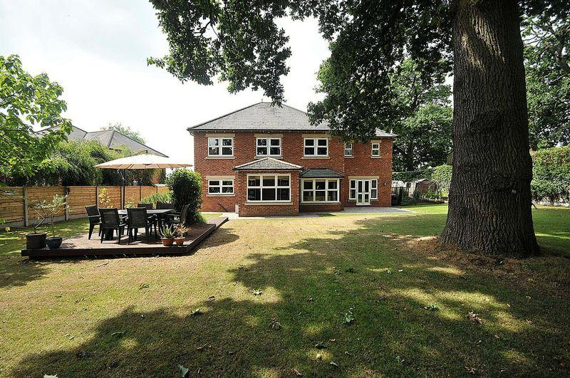 5 Bedrooms Detached House for sale in Chester Road, Holmes Chapel