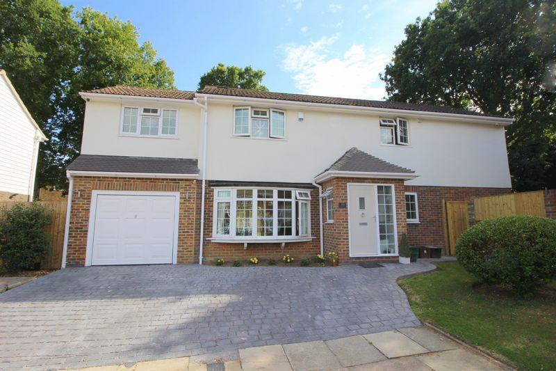 4 Bedrooms Detached House for sale in Austral Close, Sidcup