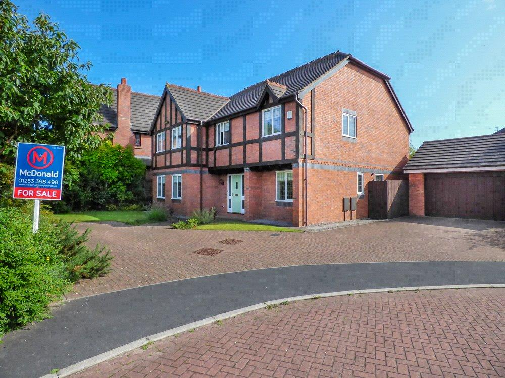 5 Bedrooms Detached House for sale in Plovers Way, Herons Reach, Blackpool
