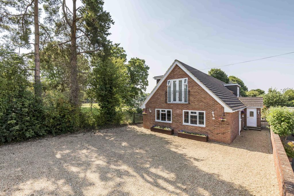 4 Bedrooms Detached House for sale in St. James Close, Clanfield PO8
