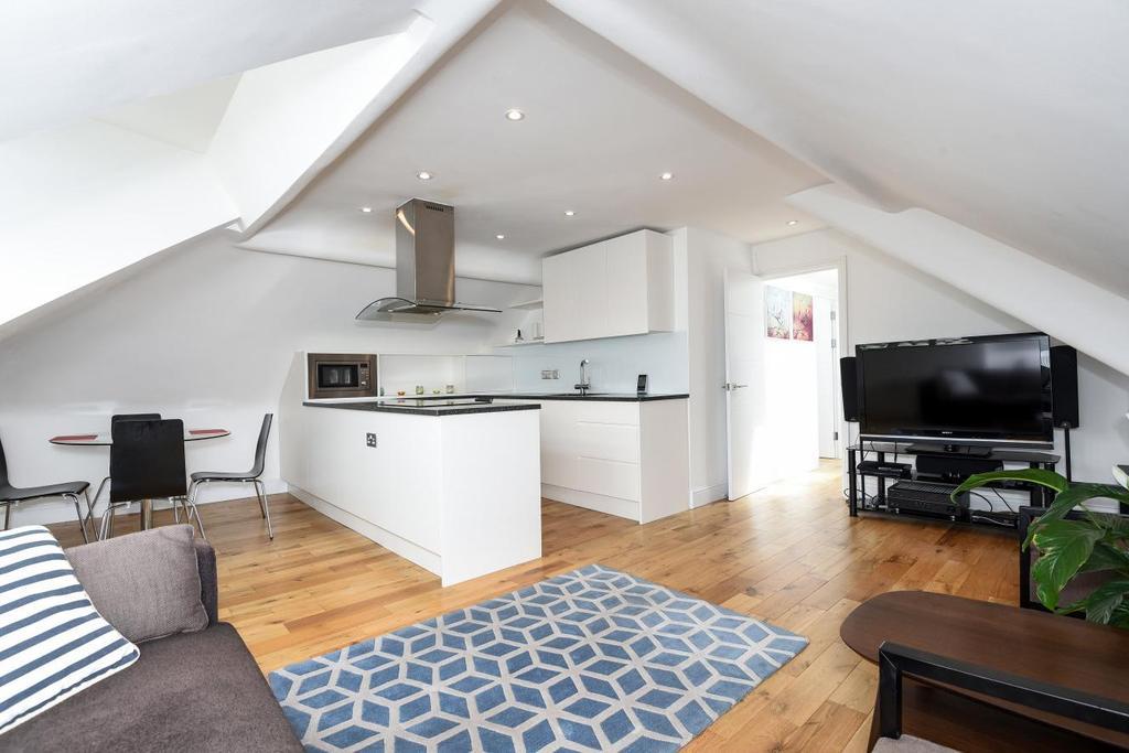 2 Bedrooms Flat for sale in Trebovir Road, London