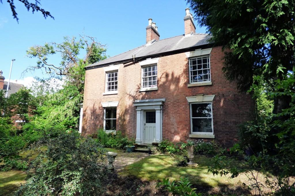 3 Bedrooms Detached House for sale in Horninglow Road North, Burton-on-Trent
