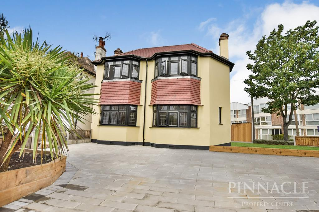 4 Bedrooms Detached House for sale in Crowstone Avenue, Westcliff On Sea, Essex