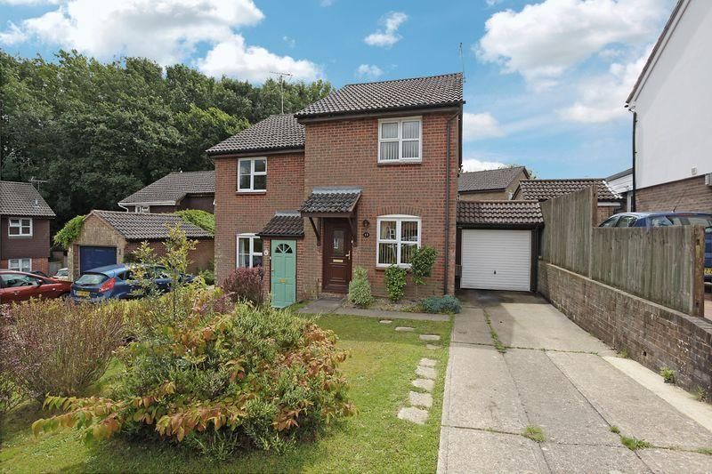 2 Bedrooms Semi Detached House for sale in St Michaels Close, Crowborough, East Sussex