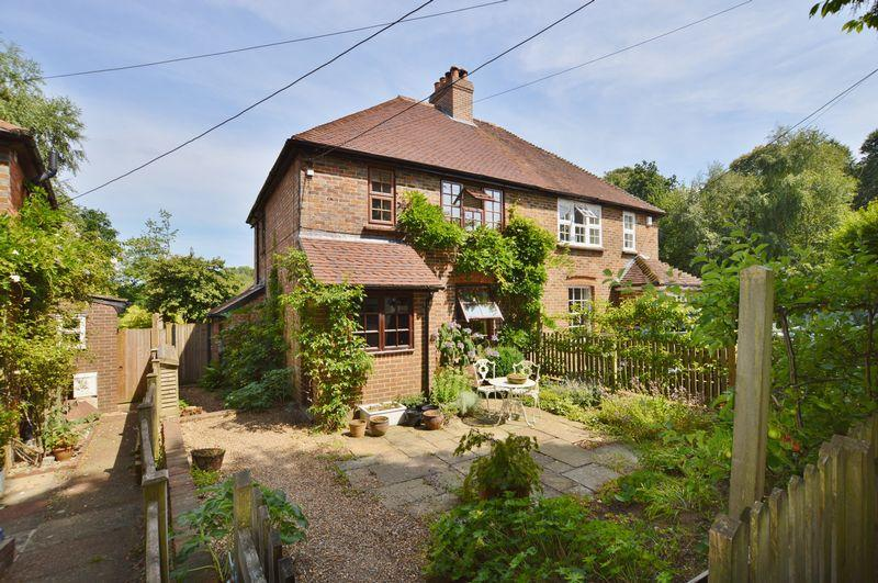 3 Bedrooms Semi Detached House for sale in Petworth Road, Wormley