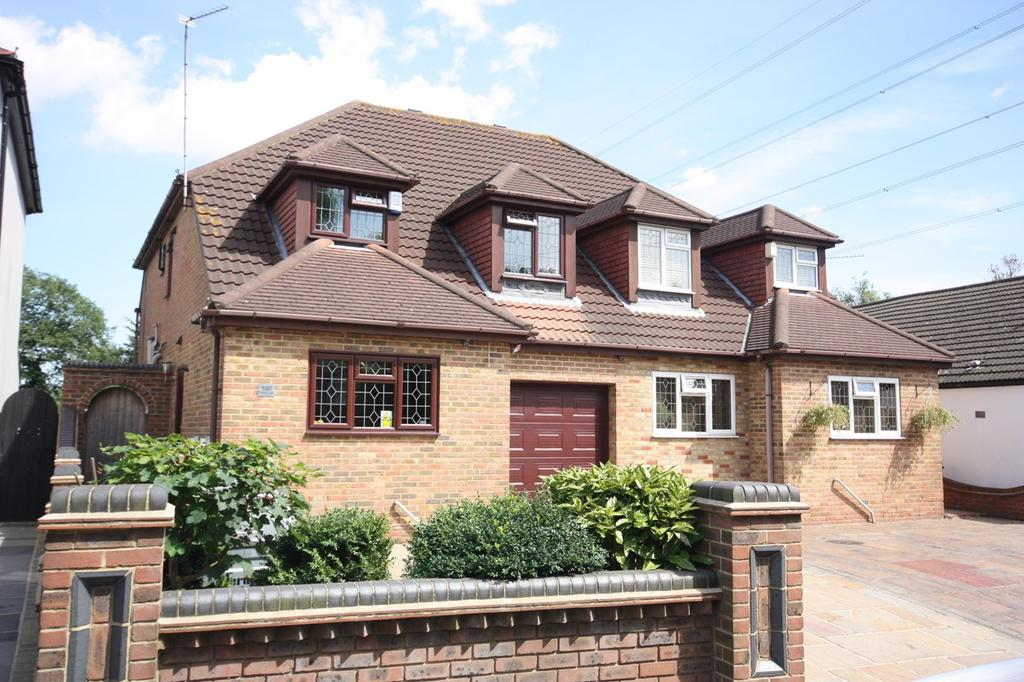 4 Bedrooms Semi Detached House for sale in Front Lane, Upminster, RM14