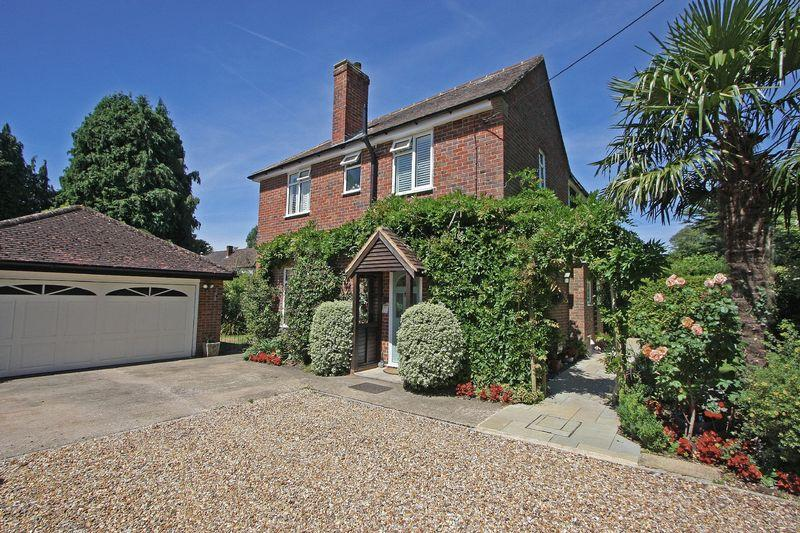 4 Bedrooms Detached House for sale in Chobham, Surrey