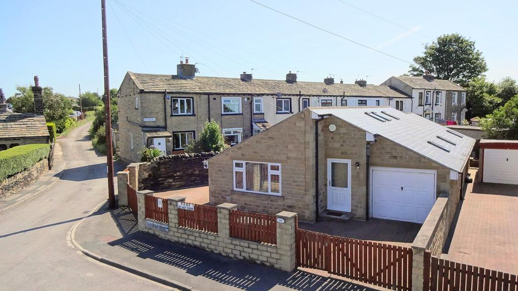 2 Bedrooms Detached Bungalow for sale in Craiglea Drive, Wyke BD12