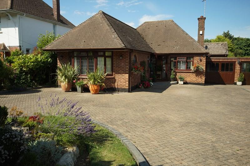3 Bedrooms Detached Bungalow for sale in Woodside, Leigh-On-Sea