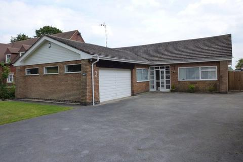 3 bedroom detached bungalow to rent - Woodcote Drive, Dorridge, B93 8JR
