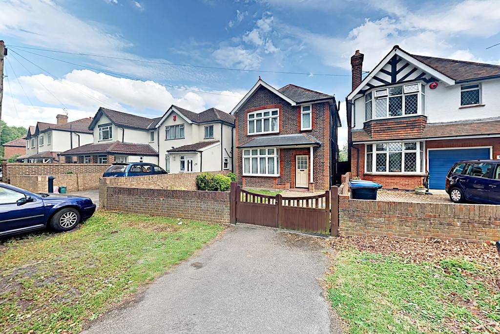 3 Bedrooms Detached House for sale in Goldsworth Road, Woking