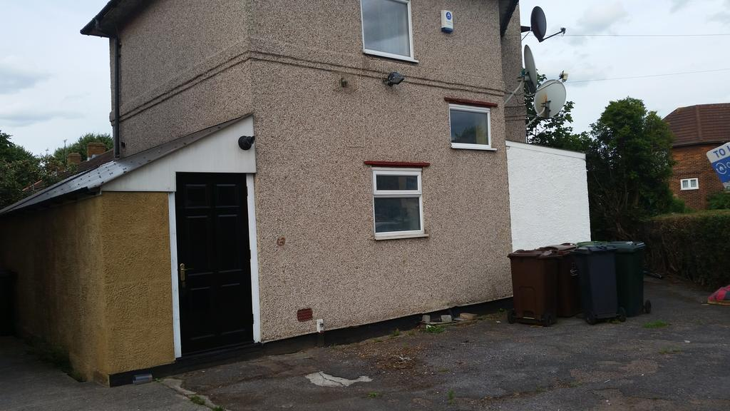 4 Bedrooms Semi Detached House for sale in Mayesbrook road, Dagenham Rm8