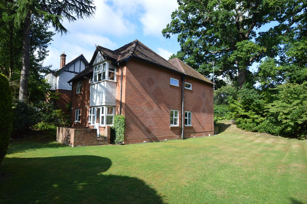 2 Bedrooms Ground Flat for sale in Ashley Rise, WALTON ON THAMES KT12