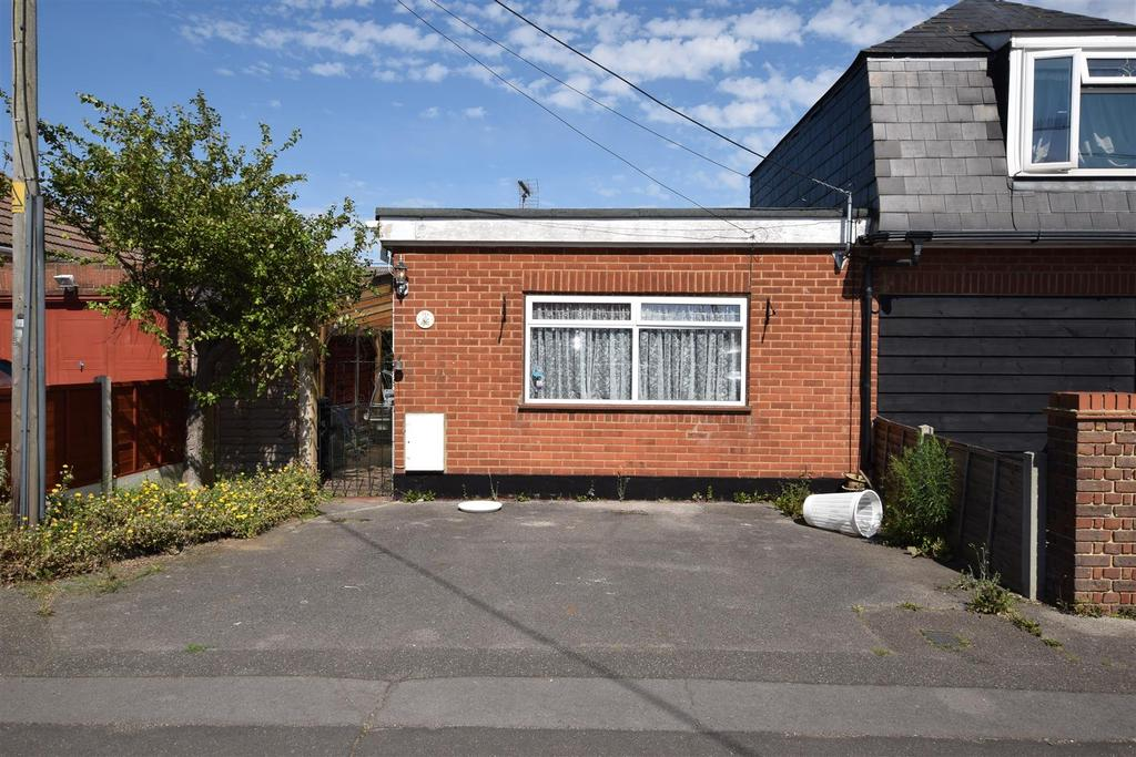 1 Bedroom Semi Detached Bungalow for sale in Keer Avenue, Canvey Island