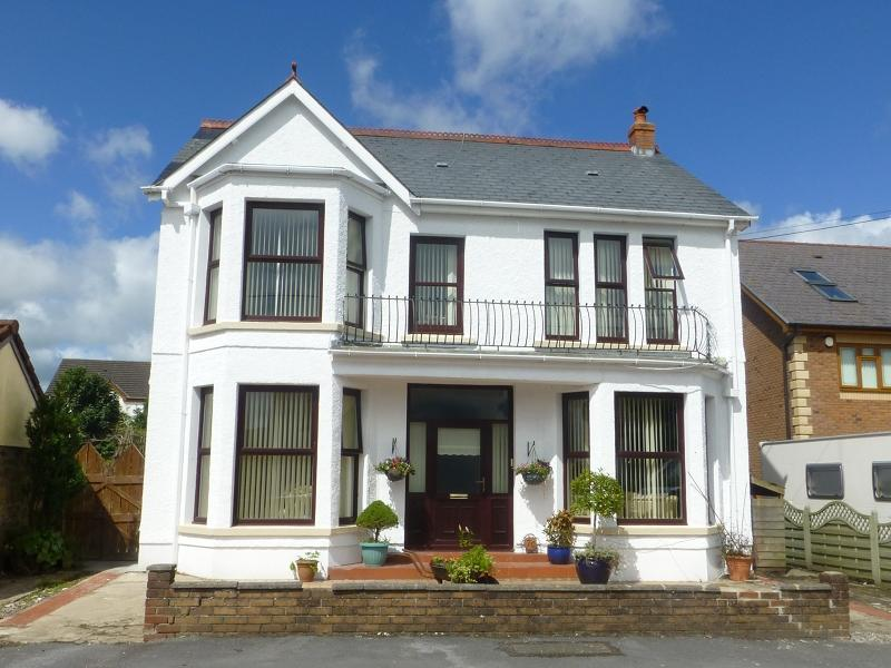 4 Bedrooms Detached House for sale in Penygarn Road, Tycroes, Ammanford, Carmarthenshire.