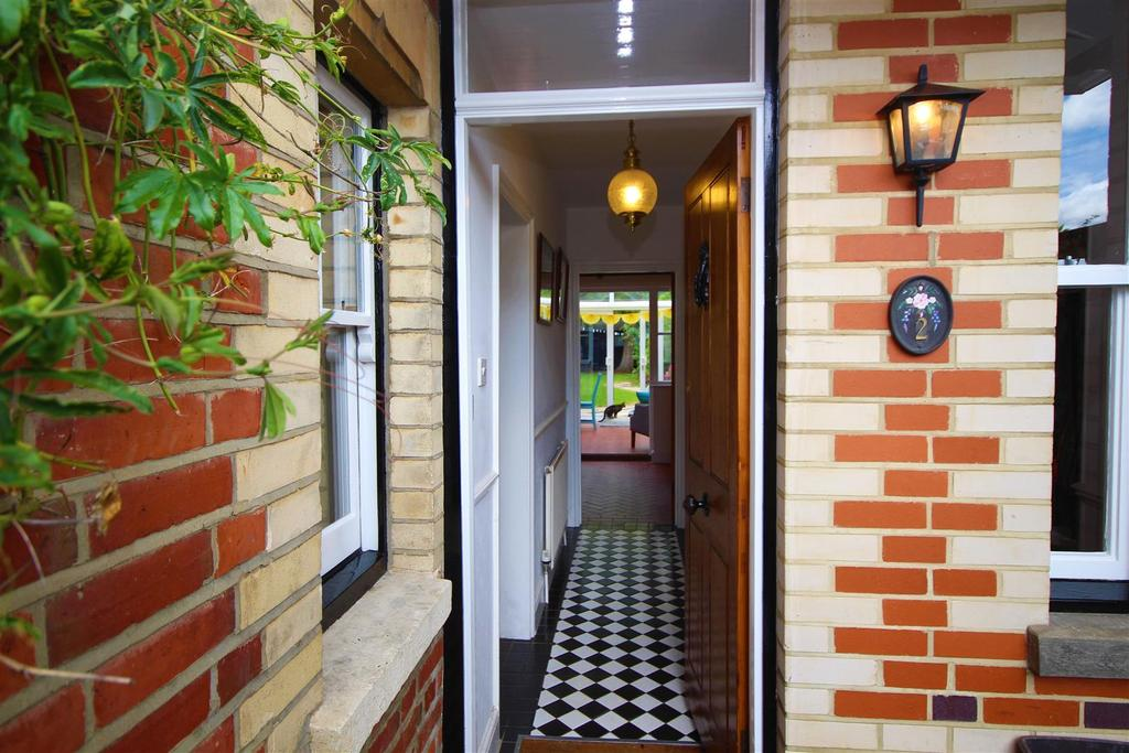 4 Bedrooms Semi Detached House for sale in Hinton Road, Hurst, Reading