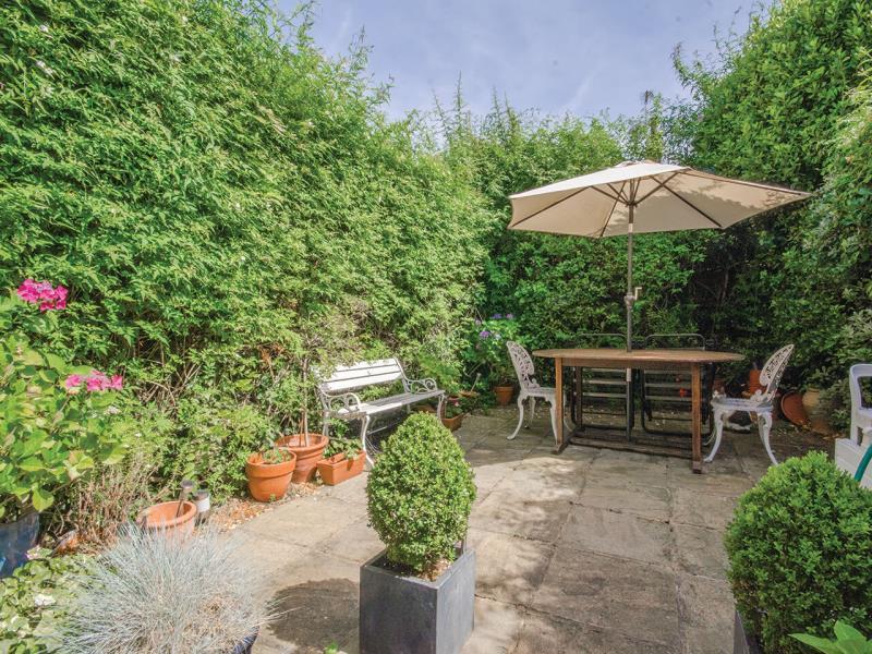 3 Bedrooms Terraced House for sale in Brackenbury Road, N2