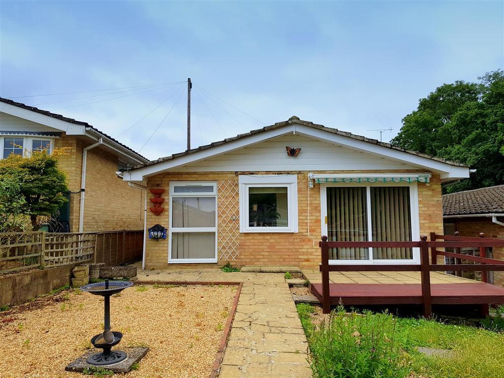 2 Bedrooms Detached Bungalow for sale in St. Edmunds Walk, Wootton Bridge, Ryde