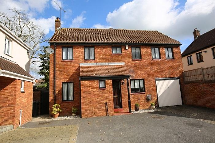 4 Bedrooms Detached House for sale in TURRETT COURT, ONGAR CM5