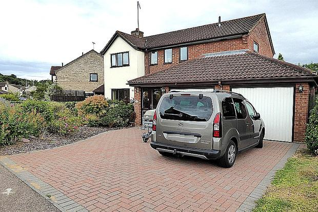 4 Bedrooms Detached House for sale in Chaffinch Close, East Hunsbury, Northampton, NN4