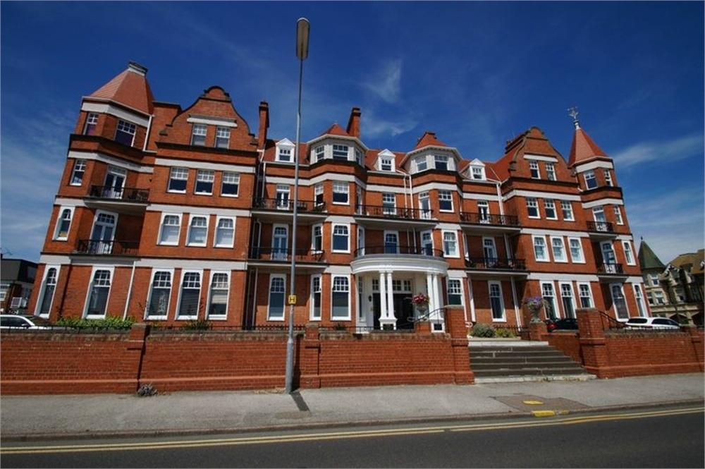 2 Bedrooms Flat for sale in The Grand, Marine Parade East, CLACTON-ON-SEA, Essex
