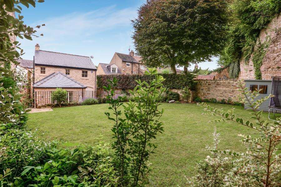3 Bedrooms Detached House for sale in TOWN HILL, BRAMHAM, WETHERBY, LS23 6QA