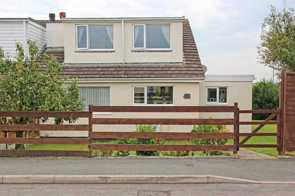 4 Bedrooms Semi Detached House for sale in Ffordd Llewelyn,Valley, North Wales
