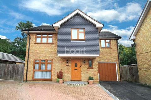 4 bedroom detached house for sale - Carswell Close, Redbridge