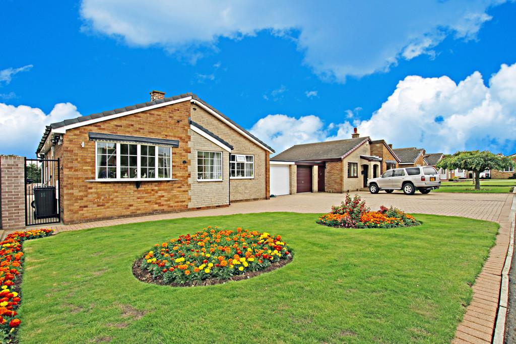 2 Bedrooms Detached Bungalow for sale in Willow Crescent, Braithwell, Rotherham